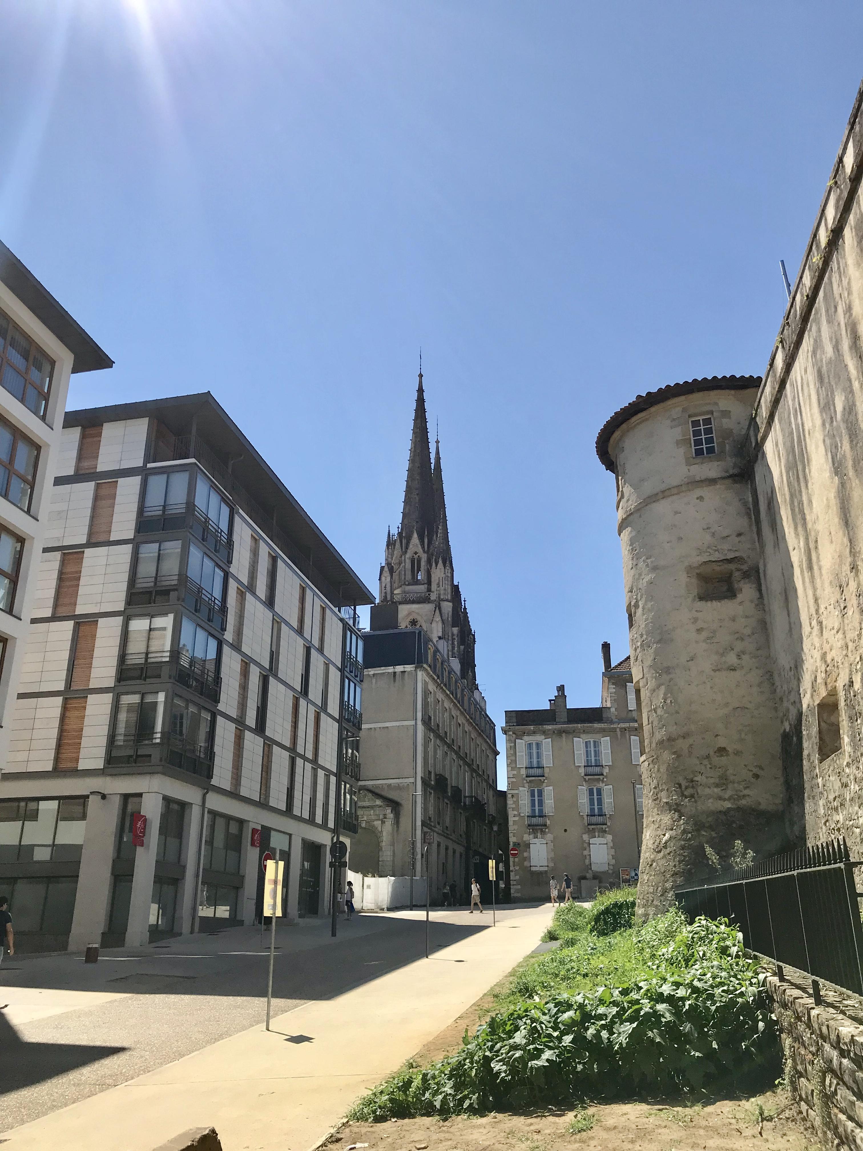 Visiter bayonne vue sur le chateau et la cathédrale
